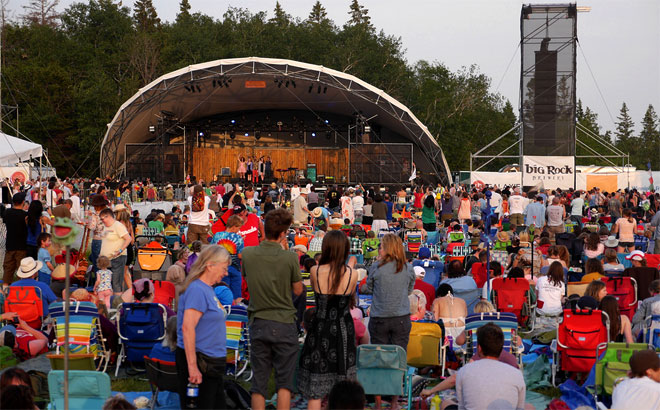 Standing ovation for Chic Gamine at Winnipeg Folk Festival 2014